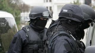 Percheziții pentru destructurarea unui grup bănuit de tâlhării, șantaj, furt calificat și contrabandă