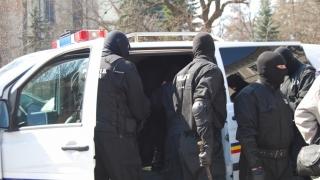 Percheziții ale polițiștilor la persoane bănuite de înșelăciune, fals și uz de fals