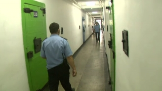 Periculos! Agent din penitenciarul Poarta Albă, atacat de deținuți