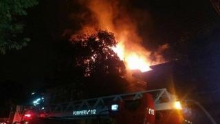 Incendiu puternic: opt persoane evacuate și o persoană intoxicată cu fum, la spital