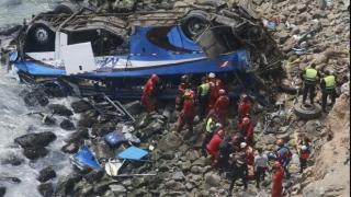 Un autocar s-a prăbuşit zeci de metri într-o prăpastie