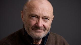 Cântărețul Phil Collins, dus de urgență la spital