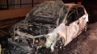 Piromanul care a incendiat opt maşini umblă liber