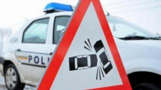 PLAN ROŞU de intervenţie: 13 persoane rănite, după ce o maşină şi un microbuz s-au lovit