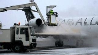 HAOS pe aeroport! Ploaia îngheţată împiedică decolarea aeronavelor