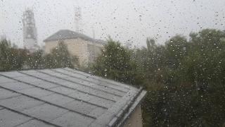 Ploi torenţiale şi vânt puternic, în zonele de deal şi de munte