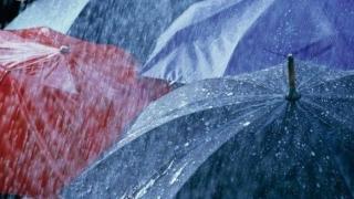 Ploi în aproape toată ţara, până marţi dimineaţă