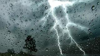 Ploi în aproape toată ţara şi vânt puternic