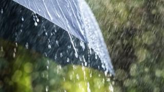 Ploi torenţiale şi vijelii în aproape toată țara. Pe litoral, vreme călduroasă