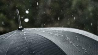 Ploi în toată ţara şi ninsori la munte. Vezi de când!