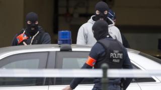Un poliţist DIPI care a împuşcat 2 oameni şi a incendiat un apartament, reţinut