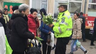 Polițiștii locali constănțeni au înlocuit amenzile cu... mărțișoare
