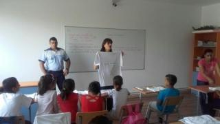 Polițiștii au venit în ajutorul școlarilor din Cuza Vodă