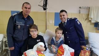 Polițiștii au făcut cadouri copiilor internați la Secția de Pediatrie a Spitalului Mangalia