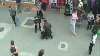 Scene de groază: poliţist lovit cu pumnul în faţă de un bărbat