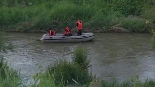 Copil de 13 ani, căutat de scafandri în râul Olt