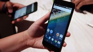 Peste jumătate dintre români utilizau un smartphone la finele anului 2016