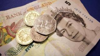 Lira sterlină continuă să scadă, pe fondul preocupărilor privind Brexitul