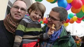 Premieră în Germania! Primul cuplu gay care adoptă un copil!