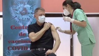 """Președintele Klaus Iohannis s-a vaccinat în direct împotriva coronavirusului, la Spitalul Militar """"Carol Davila"""""""