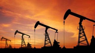 Deși crește, prețul petrolului rămâne sub pragul de 45 de dolari barilul