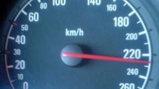 Vitezoman prins conducând cu 226 km/h