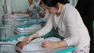 Proiect de lege: Părinţii, instruiţi în maternităţi să fie... părinţi
