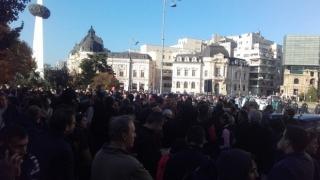 Câteva zeci de persoane au protestat din nou în Capitală față de votul în cazul Oprea