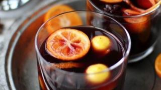 Proprietăţi MIRACULOASE: Vinul fiert protejează inima și ține cancerul la distanță