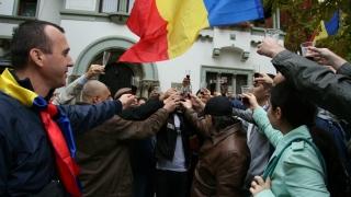Peste 150 de cetățeni moldoveni au protestat la Ambasada R. Moldova la București