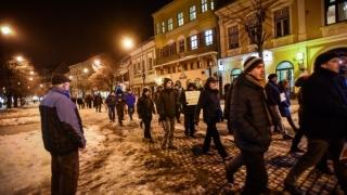 Aproximativ 400 de oameni au protestat la Sibiu şi la Iaşi, cerând demisia Guvernului