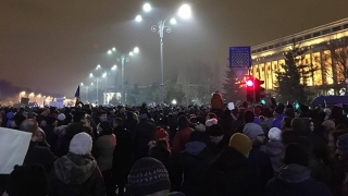 Sute de oameni, la protest în Piaţa Victoriei, după anunţul de revocare a Laurei Kovesi