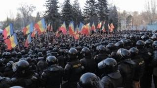 Mii de persoane protestează în fața Parlamentului moldovean