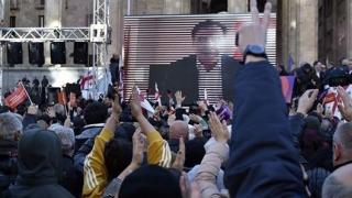 Zeci de mii de oameni protestează în stradă la Tbilisi
