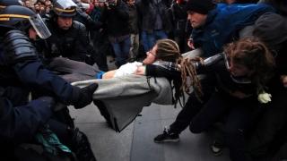 """Violențe între """"antifasciști"""" și poliție la Paris"""