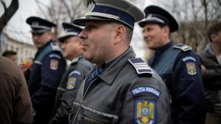 Zeci de poliţişti, la protest în faţa Ministerului Muncii, nemulţumiţi de salarii