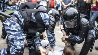 Arestări în masă în Rusia! UE condamnă brutalitatea poliţiei