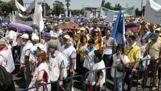 Profesorii protestează la Parlament! Amenință că vor închide școlile!