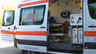 Cinci persoane rănite, printre care și doi copii, în urma impactului frontal dintre două maşini