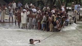 Doliu naţional: Sute de persoane decedate în urma inundaţiilor! Sute de mii, rămase fără case