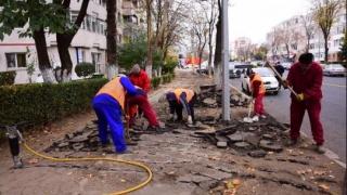 Lucrări de reabilitare a trotuarelor în municipiul Constanța. Nu parcați în zonele de lucru!