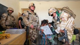 Rechizite școlare pentru copiii afgani, oferite de militarii români aflați în misiune la Kandahar