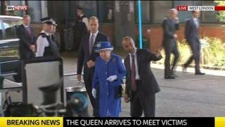 Regina Elisabeta a II-a și Prințul William, de vorbă cu familiile afectate de incendiul de la Londra
