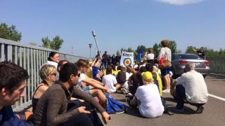 Românii care participă la Marşul Centenarului, opriţi la graniţa cu R. Moldova