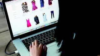 Jumătate din țară cumpără chestii pe net