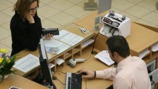 Românii se-nghesuie să-şi plătească creditele