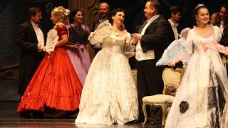 """Ropote de aplauze și nenumărate flori pentru """"Traviata"""""""