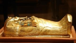 Sarcofagul din lemn aurit al lui Tutankhamon, în curs de restaurare