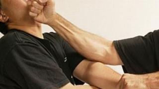 S-a crezut Bruce Lee, dar a fost reținut de poliţişti