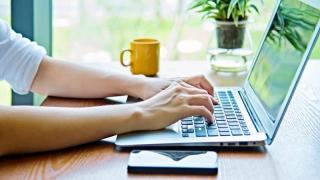 Salariații vor putea lucra de acasă! Legea privind telemunca a fost promulgată